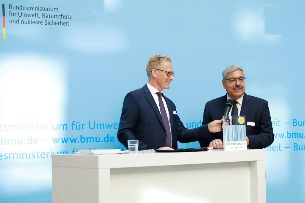 Kurzinterview der Stadt Bremerhaven, v.l.n.r.: Sönke Nissen (Geschäftsführer der IPR), Melf Grantz (Oberbürgermeister der Stadt Bremerhaven), Foto: Foto Kirsch
