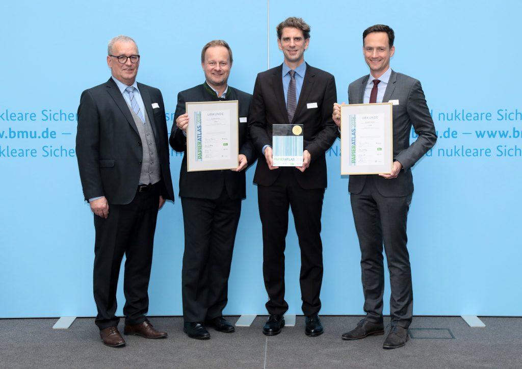"""Gewinner des Papieratlas-Landkreiswettbewerbs 2018, v.l.n.r.: Ulrich Feuersinger (Sprecher der IPR), Robert Niedergesäß (Landrat des Landkreises Ebersberg, 3. Platz), Dr. Marlon Bröhr (Landrat des Rhein-Hunsrück-Kreises, """"Recyclingpapierfreundlichster Landkreis""""), Florian Töpper (Landrat des Landkreises Schweinfurt, 2. Platz), Foto: Foto Kirsch"""
